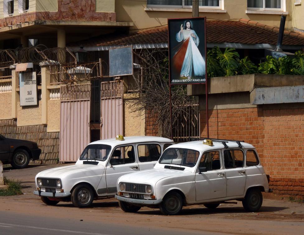 A nagyvárosi közlekedés egyik alapvető gépi eszköze a taxi. A taxiállomány szinte 100 százalékát veteránkorú Renault R4-esek és Citroen Kacsák alkotják. A francia gyarmati rendszer helyben összeszerelt túlélői rendíthetetlenül róják az utakat, a viteldíj nem drága, de turistaként ajánlatos minden esetben előre megegyezni az összegben. Igazi időutazás minden kilométer: légkondi nincs, a hely szűkös, az utas minden pillanatban azt várja, hogy szétesik alatta az egész tákolmány, ám bent szól a vidám, dallamos madagaszkári pop, így összességében az élet szép, a vigyorgás garantált. Különben is, Jézus, vagy egy rutinos szerelő segít, ha baj van.