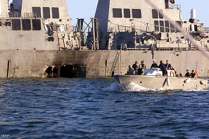 A megrongálódott USS Cole amerikai romboló a bombamerényletet követően, 2000. október 12-én.