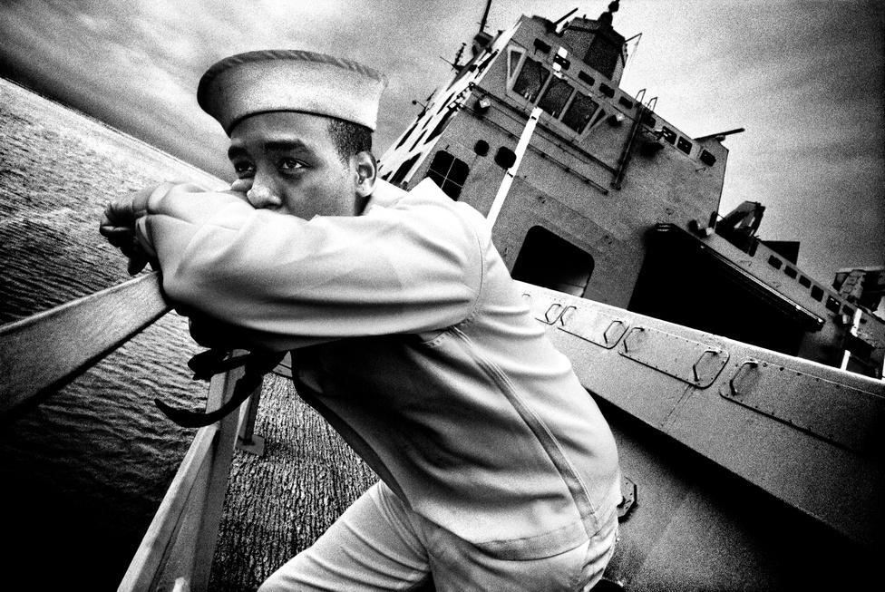Kevin Dean matróz támasztja a USS San Antonio korlátját, ahogy az kihajózik 2008. augusztus 28-án elindult első bevetésére. A hajó első küldetésén fél évet töltött a Földközi-tenger vízein, és saját kategóriájának, a helikopterfedélzettel rendelkező, partraszállást támogató hajóosztály zászlóshajója.