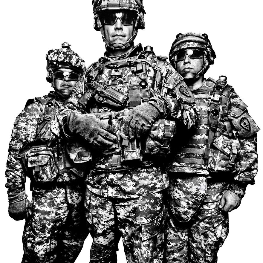 Gabriel Cervantes főtörzsőrmester (b) és Burt Thompson ezredes, az első Stryker dandár-harccsoportjának két tagja John Mardo (j) tolmáccsal. Az amerikai hadseregben tizenhárom tisztes és tiszthelyettesi rendfokozat van  a közlegénytől (private) a főtörzsőrmesterig (sergeant major). A tiszti renfokozatok az alhadnagytól (second lieutenant) a vezérezredesig (general) tartanak.