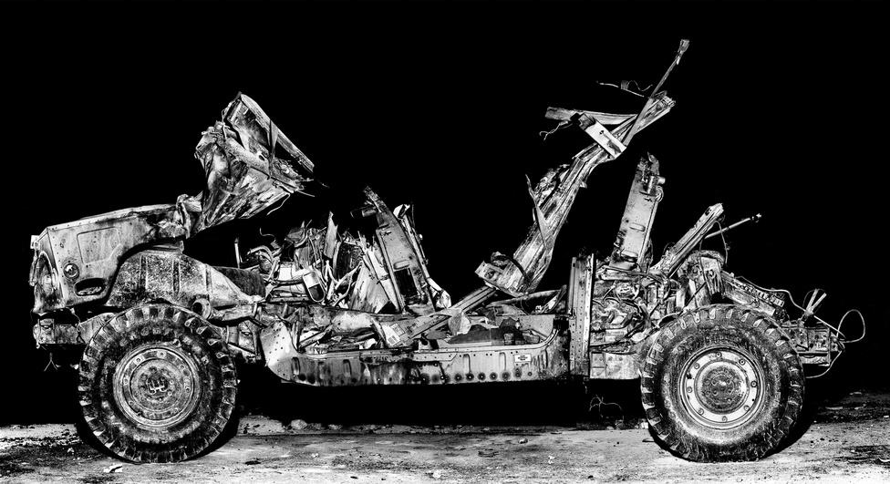 Ez a Hummer naponta többször is lángba borul a Mojave sivatagban épített, iraki várost modellező gyakorlótér egyik utcáján. A Medina Wasl nevű telepet kifejezetten az arab városi harc szimulálására építette az amerikai kiképzőközpont, a katonákat élethű környezetben tehetik ki minden elképzelhető borzalomnak, a jobb beleélést helyi színészgárda segíti.