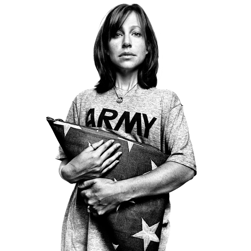 Jessica Gray a férje temetésén kapott, szertartásosan összehajtogatott amerikai zászlóval. A 82-es ejtőernyős hadosztályban szolgáló Yance T. Gray törzsőrmester Bagdadnál esett el 2007-ben. Egy gyermekük volt, az apja halálakor öt hónapos Ava Madison Gray. A kép Észak-Karolinában készült, 2008-ban.                         Yance T. Gray nem harc közben esett el, felborult az őt szállító teherautó, és a balesetben szerzett halálos sérüléseket. A törzsőrmester halála komoly sajtóvisszhangot kapott, mert egyike volt azoknak az amerikai katonáknak, akik egy, a New York Timesban megjelent cikkben élesen kritizálták az amerikai hadsereg iraki eredményeit, és kétségbe vonták, hogy a megszálló erők bármilyen pozitív hatással is lesznek az ország belpolitikai stabilitására hossza távon. A felborult teherautóban ült a cikk egy másik nyilatkozója, Omar Mora őrmester is, ő sem élte túl a balesetet.