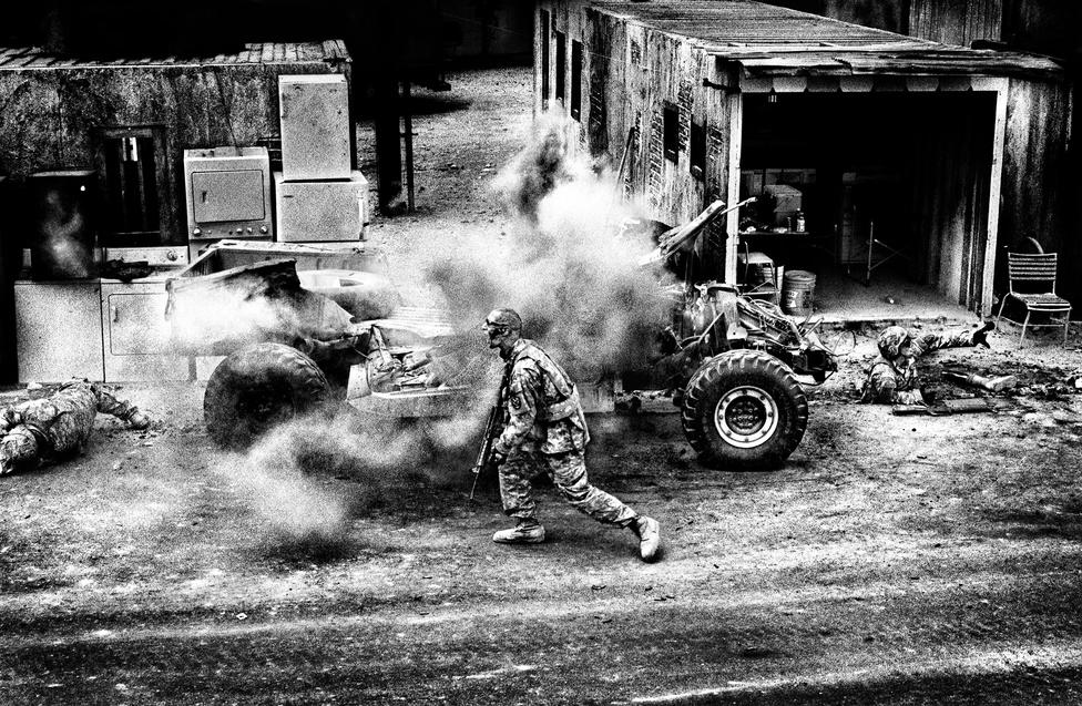 A 25-ös gyalogoshadosztály első Stryker dandár-harccsoportjának katonái gyakorlatoznak a Medina Wasl-ban. Az épp végrehajtott gyakorlatban a harctéri sebesültek ellátását gyakorolják az egységek. Egy hosszú utcaszakaszon kell végigvonulniuk, miközben újabb és újabb veszélyes, ráadásul nagyon is életszerűen megrendezett szituációba keverednek. Robban mellettük házilag barkácsolt robbanószer, odasétál hozzájuk egy öngyilkos merénylő, aki mellkasán füsteffektet okádó bombamellényt visel, meg ami még a kiképzők eszébe jut. Közben vérző, leszakadt lábú sérülteket kell biztonságba helyezniük és szakszerűen ellátniuk - a hadsereg kifejezetten erre a munkára felvett színészeket alkalmaz a minél hihetőbb kiképzés miatt.