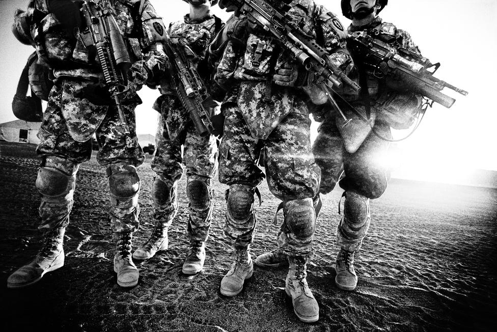 A Los Angelestől 200 kilométerre északkeletre lévő Fort Irwin az egyetlen olyan kiképzőbázis, amely elhelyezkedésénél és méreténél fogva alkalmas egy sivatagi kiképzőprogram lebonyolítására. Nyáron a katonák 38 fokos hőségben gyakorlatoznak.