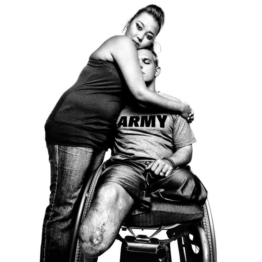 Tim Johannsen őrnagy és felesége, Jacquelyne Kay a Walter Reed Katonai Gyógykezelő Központban. Johannsen kétszer volt Irakban, a lábait a második körben veszítette el. Platon szerint ez volt az egyik legmegindítóbb kép, a feleség ölelésében biztonságot találó, a szemeit is lecsukó, sérült katona látványa letaglózó volt még a fotósnak is. Johannsen amúgy golfozni tanul, mert mint mondja, a lábai elvesztése miatt sosem focizhat vagy kosarazhat már a fiával, de az ütőt még tudja használni, simán végigjátszanak majd egy 18 lyukas pályát, ha a gyerek elég nagy lesz hozzá.