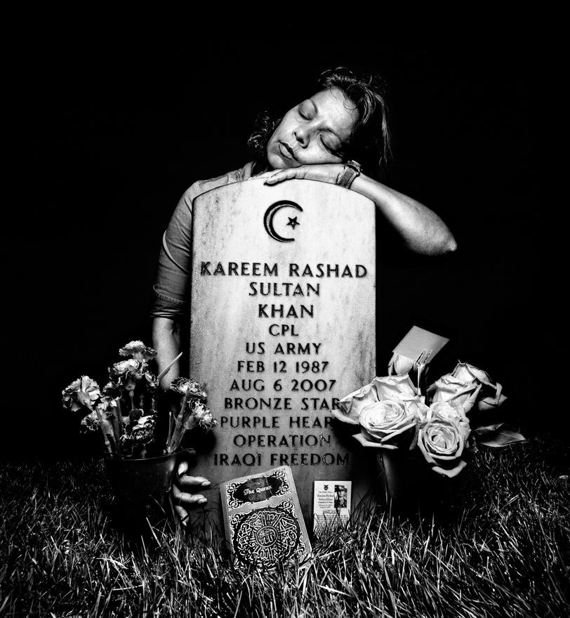 Elshera Khan a fia, Kareem Rashad Sultan Khan szakaszvezető sírjánál, az arlingtoni katonai temető 60-as parcellájában, 2008-ban. A muszlim férfi 2001. szeptember 11-i, a New York-i World Trade Center ellen intézett támadás hatására, de négy év múlva jelentkezett a hadseregbe, közvetlenül azután, hogy elvégezte a középiskolát 2005-ben. 2006 júliusában vezényelték Irajba, a sírkő feliratából kiderül, hogy alig egy év múlva halt meg. Egy bevetés során három társával épp egy házat kutattak át, mikor az ott elrejtett pokolgép működésbe lépett, és mind a négy katonát megölte. A húsz éves fiút posztumusz léptették elő szakaszvezetőnek, a Bíbor szívet is megkapta.