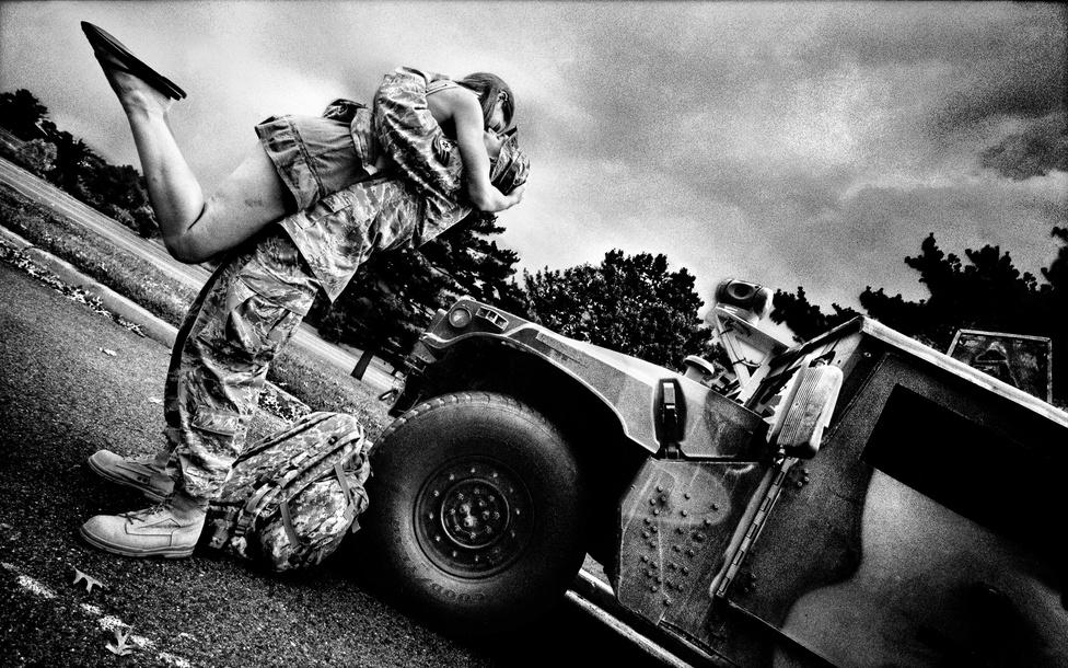Christopher Wilson tizedes öleli meg menyasszonyát, Beth Pisarskyt. Wilson féléves iraki misszióból tért haza, ahol a 305-ös légimozgékonyságú ezred 305-ös biztonsági támogató csoportjában szolgált. McGuire légi bázis, New Jersey, 2008.