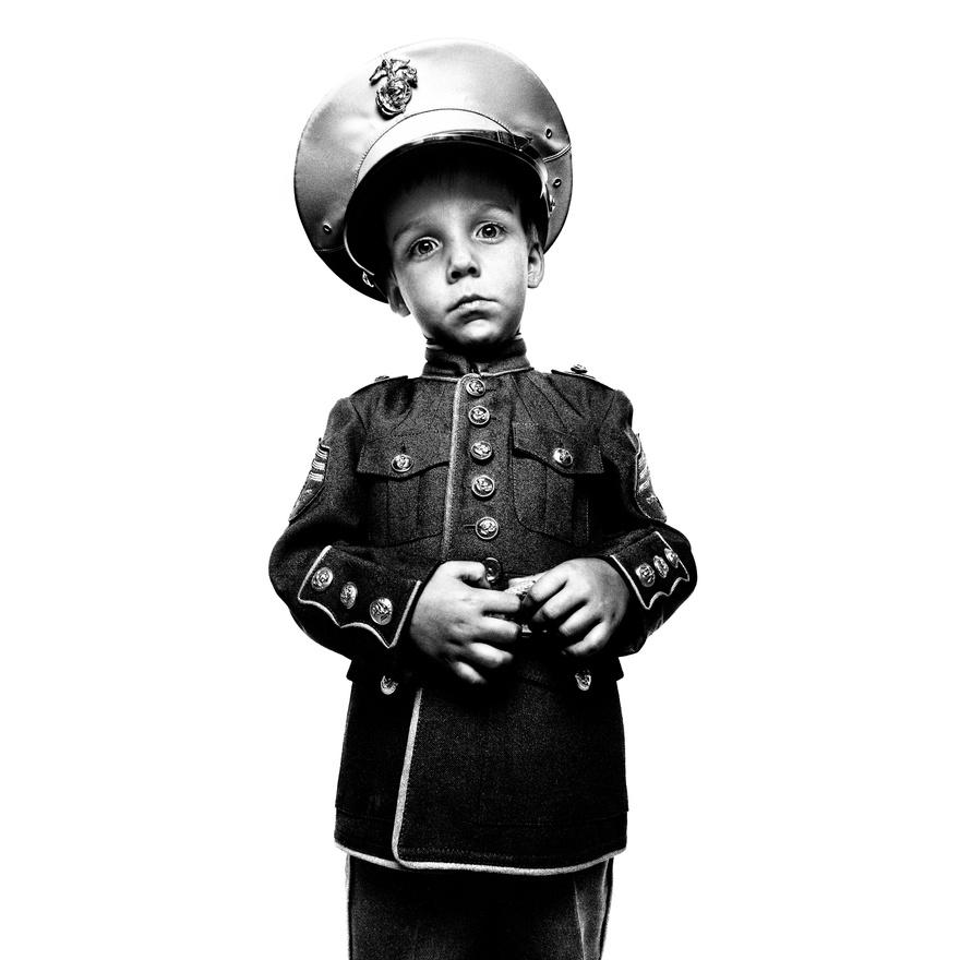 A képen egy Jakob Mckay nevű fiú látható, aki a négy iraki bevetést túlélt John Mckay őrnagy fia. A kép Camp Lejeune-ban készült, egy esküvőn, 2008. augusztus 16-án. Négy bevetés elég komoly tapasztalat, egy-egy kör időtartama (attól függően, hogy a hadsereg melyik ágában, tehát sima katonaként, a légierőben vagy a  haditengerészetnél szolgál az illető) fél év és 15 hónap között mozgott.