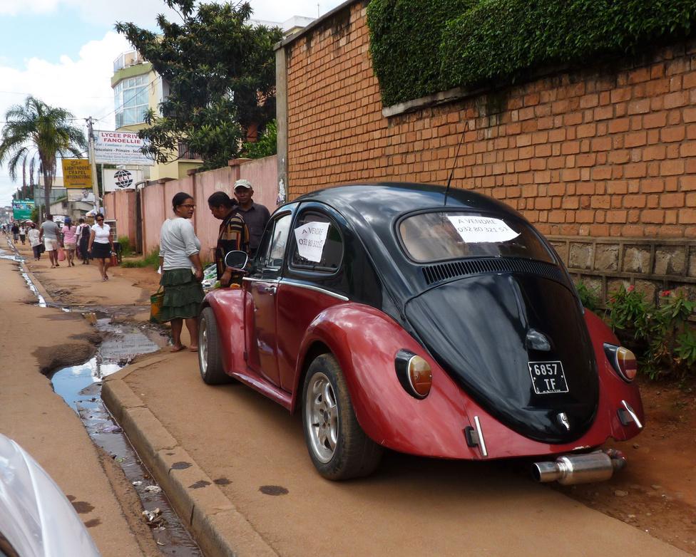 Veterán és tuning, ráadásul eladó. Üdítően hat a vén Bogár látványa a sok francia autó között. Itt nem kell találkozót szervezni, klubokat alapítani, ha régi gépkocsikat akar látni az ember: elég bámulni a közlekedést. Az R4 és 2CV taxik mellett gyakran felbukkannak 60-as, 70-es évekbeli Renault-k, Citroenek és Peugeot-k, némelyik pusztulófélben, sok viszont megkímélt, egész jó színvonalon felújított állapotban. Egy-egy öreg Mercedes is előkerül, sőt, egyszer még egy Jaguarral is találkoztunk.