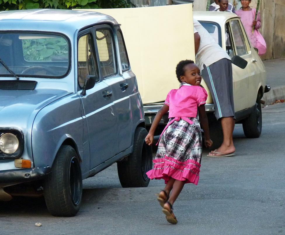 Akárcsak a hetvenes, nyolcvanas évek Magyarországán, Madagaszkáron is minden férfi aktív autószerelő. A műszaki állapotát tekintve is színes állomány karbantartása folyamos tevékenységet igényel, így gyakorlatilag egyetlen nagy szerviz az egész ország: szerelnek az udvarokon, a házak előtt, benzinkutaknál, az út szélén, sőt, még az autószervizekben is. A taxikhoz koruk ellenére is biztosan kapható minden fontos alkatrész, különben napok alatt megszűnne a szolgáltatás.
