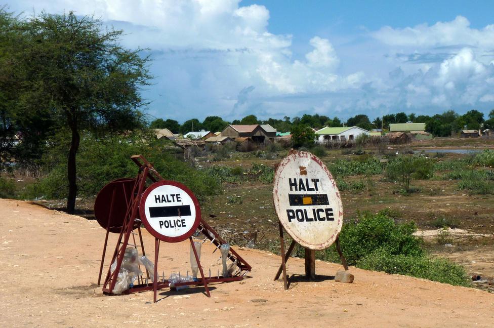 Madagaszkáron ingyenes az úthasználat, mégis van útdíj. Ezt a rendőrök szedik be, közúti ellenőrzés címén, amire minden húsz-harminc kilométeren sort kerítenek. A sofőröknél a műszerfal valamelyik rekeszében gondosan be vannak készítve az erre a célra szolgáló, kiscímletű bankjegyek, melyek átadása vagy kedélyes, vagy némiképp fenyegető jellegű beszélgetés keretében történik. Olyan apróságokkal, mint a kötelező sebességhatárok betartása, senki nem foglalkozik, annyival mennek, amennyit a forgalom vagy az útminőség megenged, illetve kicsit azért többel. Településeken simán átvágnak 70-80-nal, az út szélén sétálgató emberektől pár centire. A madagaszkári halálesetek 10 százaléka a közúti forgalom számlájára írható.