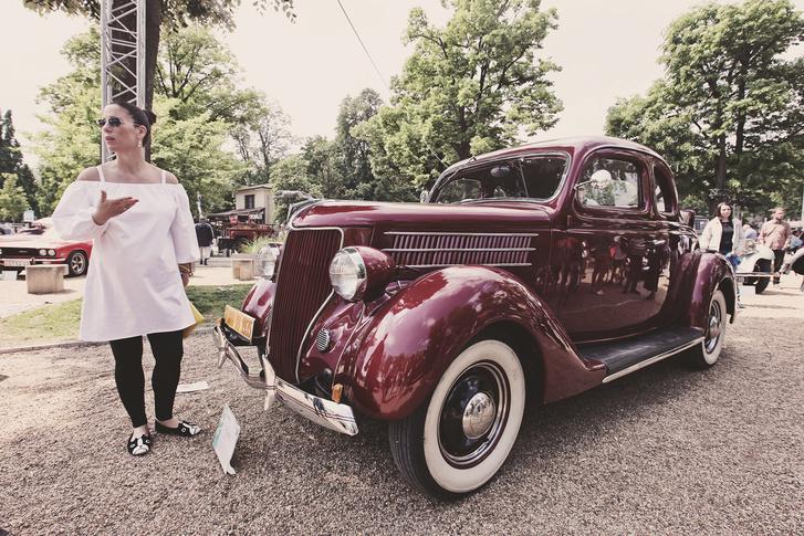 Micsoda hülye ötlet egy viszonylag nagy autót kétszemélyesre tervezni, majd a csomagtartó helyén kifordítható hátsó ülést kialakítani, ahova két utas szűkösen elfér? Persze fedél nélkül, hogy tovább rontsuk a helyzetet. 1932-ben, az A modell leváltásakor így képzelték a kupét Amerikában. Ám e típusnak köszönhetően a Ford egy meglepő húzással ismét átvette a piacvezető pozíciót. Méghozzá azzal, hogy az addig csak luxusautókba szerelt V8-as motort betette a tömegcikknek szánt Model 18 orrába. Innentől pedig ez a modell egyszerűen Ford V8-ként vonult be a történelembe.