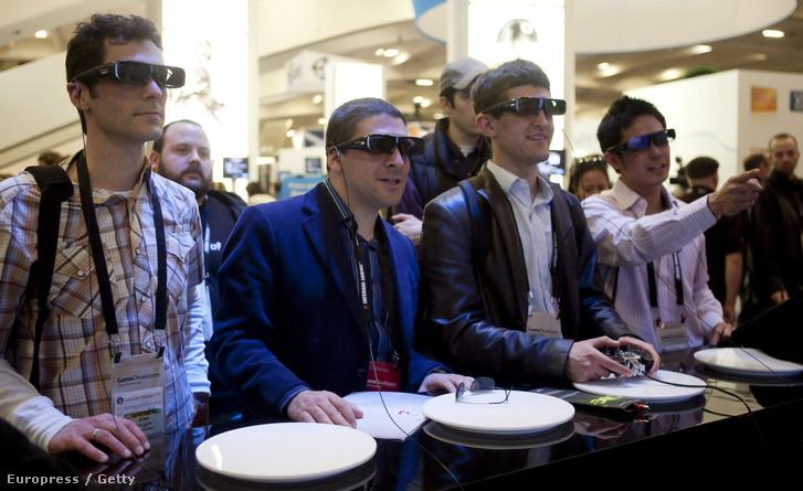 A Sony PlayStationével játszanak játékosok 3D szemüvegen keresztül 2010-ben a GDC konferencián.
