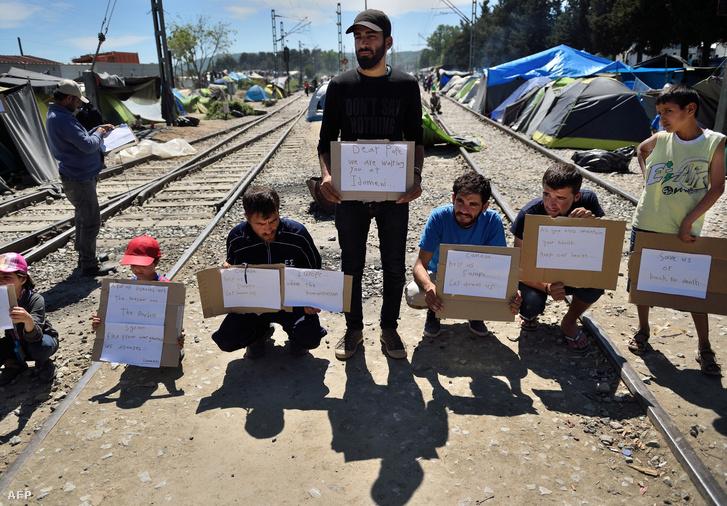Menekültek tiltakoznak a görög-macedón határon. Kedves pápa, várunk Idomeniben felirattal.