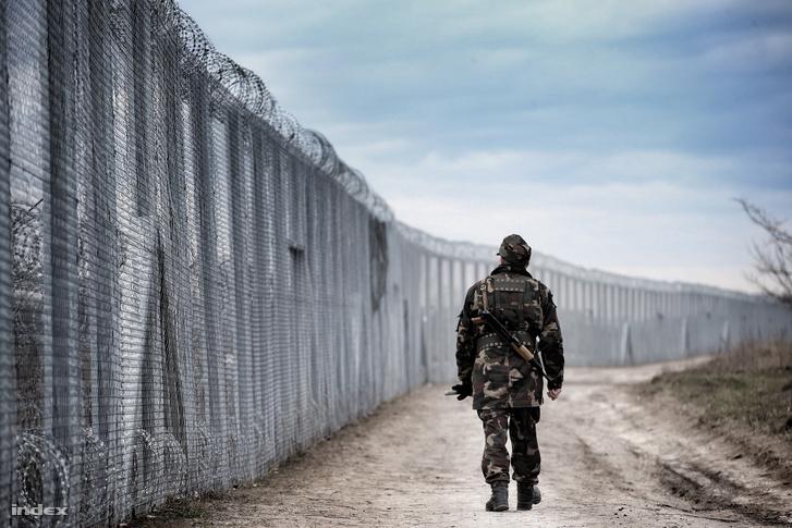 Katona a röszkei kerítésnél