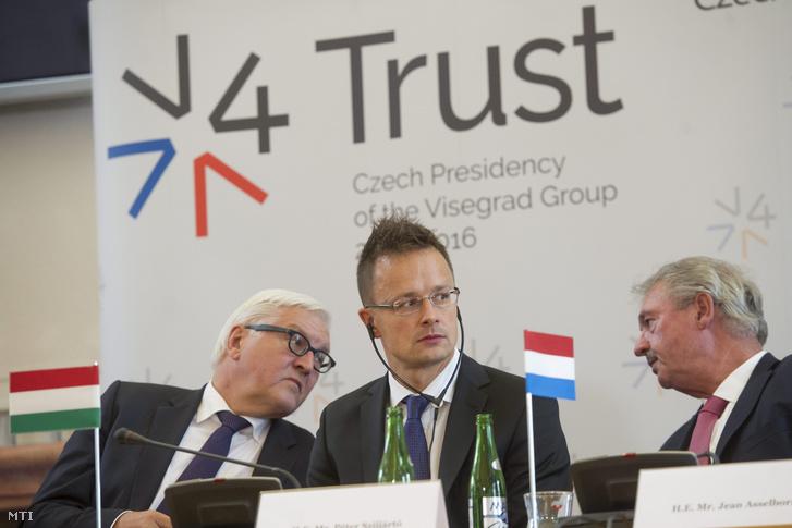 Frank-Walter Steinmeier német külügyminiszter, Szijjártó Péter külgazdasági és külügyminiszter és Jean Asselborn luxemburgi külügyminiszter a visegrádi négyek valamint Németország és a soros EU-elnök Luxemburg külügyminisztereinek a migrációs válságról rendezett tárgyalásukat követően tartott sajtótájékoztatón Prágában 2015. szeptember 11-én.
