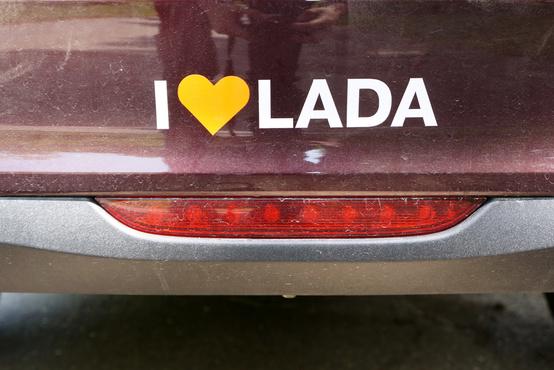 Szükség is van a szuggerálásra az I love Lada-feliratokkal, de eltartott pár napig, amíg megfejtettük, hogy ez a prizma valójában csak amolyan dizájn-csemege