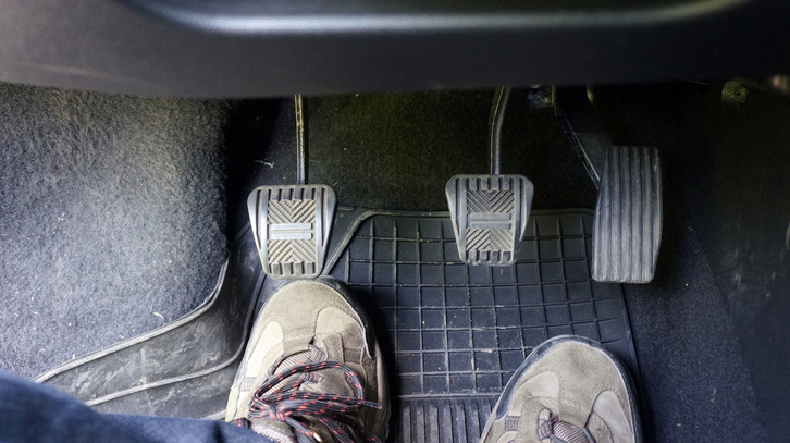 Szűken laknak a 44-es lábak a lábtérben, bár látszik az igyekezet, hogy a kuplungpedált messzebbre vigyék a fék-gáz-párostól
