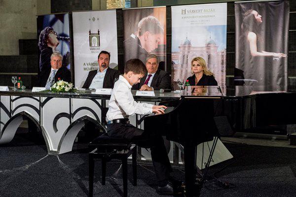 Boros Misi zongorista, a Virtuózok győztese, Gyutai Csaba, L. Simon László, Batta András és Peller Marianna (Fotó: Marjai János, MTI)