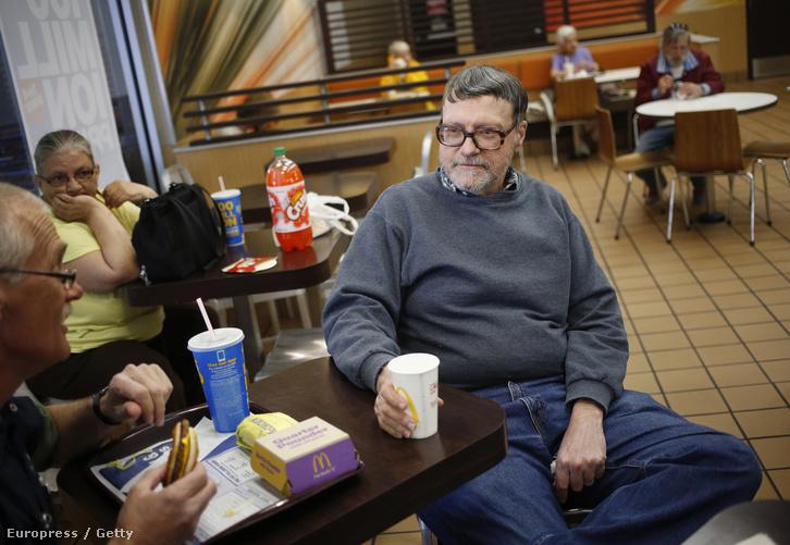 Robert Vargo, nyugalmazott építőmérnök beszélget barátaival a Pennsylvania állambeli Johnstown McDonalds éttermében, 2016. április 14-én.Pennsylvania acéliparát a gazdasági válság romba döntötte, ezért Donald Trump gazdaságélénkítő programja elég meggyőző Vargo számára, hogy rá szavazzon.