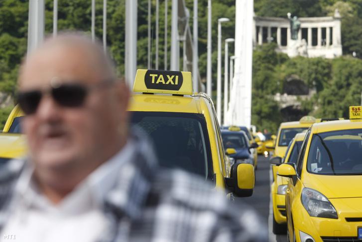 Az Uber ellen tüntető taxisok az Erzsébet hídon