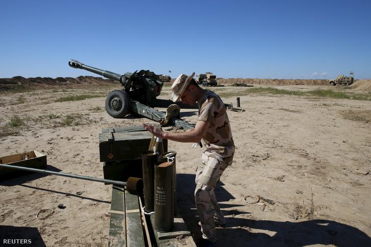Iraki katona a Makhmour melletti bázison