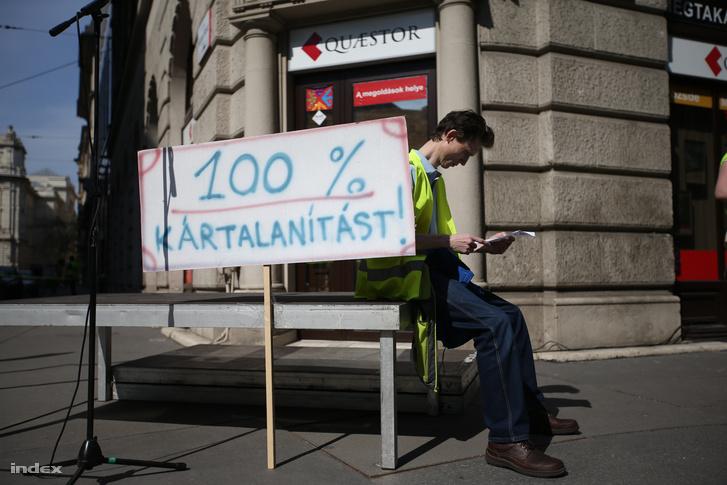 Quaestor-károsultak demonstrációja a Quaestor Értékpapír Zrt. Báthory utcai székháza előtt 2015. április 11-én.