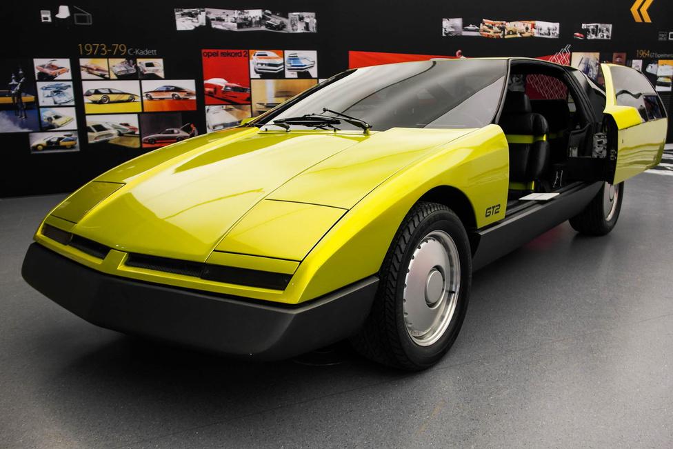 A tolóajtós GT2 tanulmányautót 1975-ben állították ki Frankfurtban. Ezt hamar el is felejtettük, szériagyártmány nem lett belőle