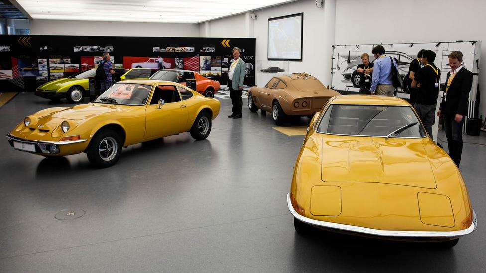 Balra a széria GT, jobbra a tanulmány. Akkoriban még nem volt divat tanulmányautókat készíteni, de még dizájnstúdiót üzemeltetni sem