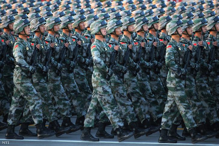 A kínai Népi Felszabadító Hadsereg katonái a pekingi Tienanmen téren.