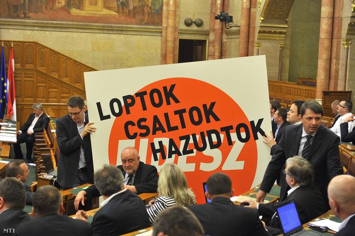 Karácsony Gergely és Szilágyi Péter független képviselők a Párbeszéd Magyarországért képviselői csoportjának tagjai az Országgyűlés plenáris ülésére 2013. április 30-án.