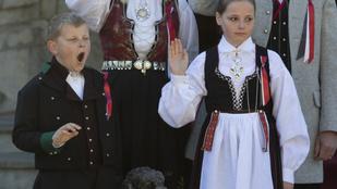 Sverre Magnus norvég herceg tesz a protokollra