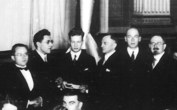 A Verein für Raumschiffahrt (VfR) tagjai a Berlinben tartott Rakéták, Lövedékek és Űrutazás nevű konferencián, 1930. április 11.-én. Balról jobbra: Johannes Winkler, Willy Ley, a fiatal Wernher von Braun, Rudolf Nebel, Max Valier és Erich Wurm. Pár nappal e kép készülte után - május elején - Valier életét vesztette, amikor egy új típusú, folyékony hajtóanyagú rakéta felrobbant a tesztpadon. A hátuk mögött egy korabeli Oberth-rakéta makettje.