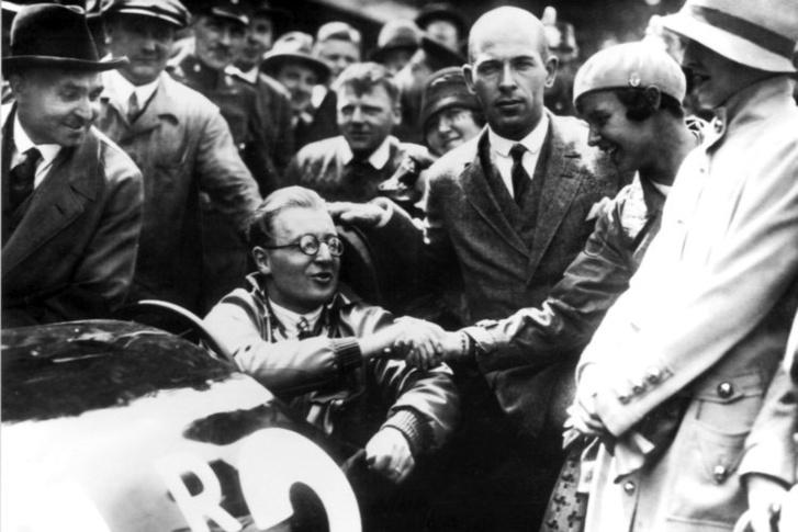 Közvetlenül a rekordkísérlet után Fritz von Opel fogadja a gratulációkat