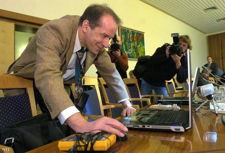 Szilvásy Péter grafológus felkészül az Együtt Egymásért Egy-másért Alapítvány mûködésének nemzetbiztonsági kockázatát vizsgáló bizottság meghallgatására a Képviselõi Irodaházban 2007 decemberében.