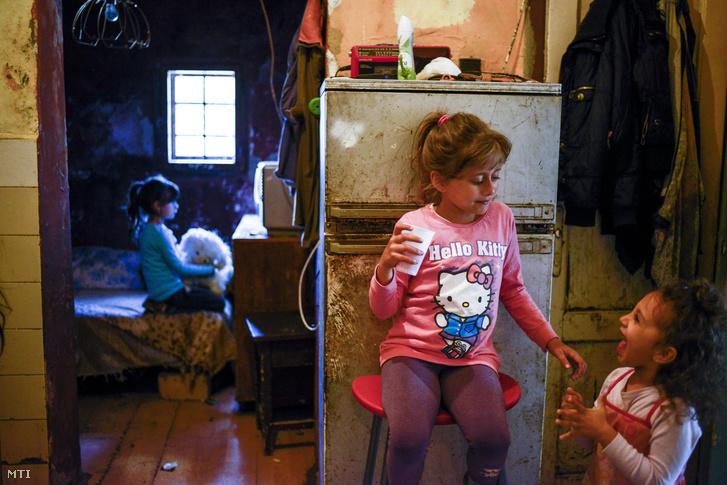 Gyerekek egy budapesti önkormányzati szükséglakásban