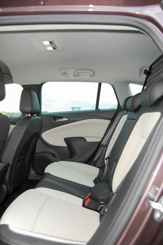 Kényelmesek és nagyon a hátsó ülések. Kár, hogy a mai divatnak megfelelően keskenyek a hátsó ablakok