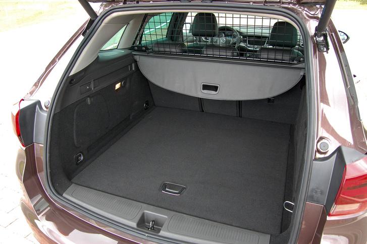A csomagrész fedél is egyszerűbb, kisebb helyet foglaló, praktikusabb, mint elődje