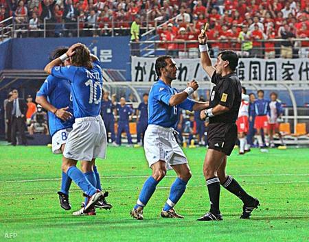 Moreno Totti felrúgásánál sárgát adott