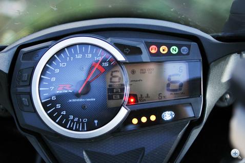Informatív, egyszerű, versenymotorosan praktikus, és ennek van fokozat kijelzője. A stopperét a hivatalos bemutatón sem tudták elindítani.