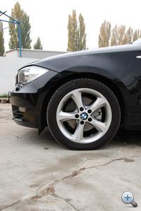 A kerékagy-motorháztető távolság kicsi, ezért is tűnik sportosan alacsonynak minden BMW orra