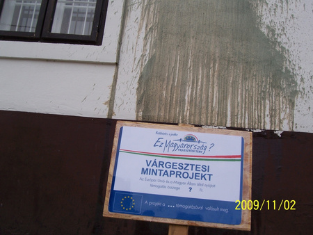 A leöntött házfal, a tulajdonos által készített táblával