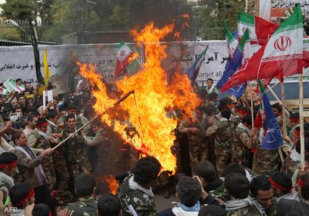 Tüntetés az USA nagykövetsége előtt