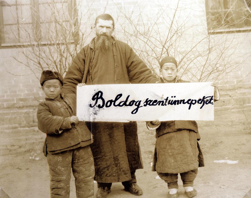 Lischerong Gáspár és két kínai diák kíván boldog karácsonyi ünnepeket Támingból. A kommunista hatalomátvétel után az egyházi iskolákat államosították, a misszionáriusokat börtönbe zárták, többet közülük megkínoztak vagy meg is öltek. Lischerong atya hosszú házifogságba kényszerült, később ő lett a Tajvanon letelepedő magyar misszió vezetője. Az utolsó magyar misszionárius, Császár György segítőtestvér 1955-ben hagyta el a népi Kínát.