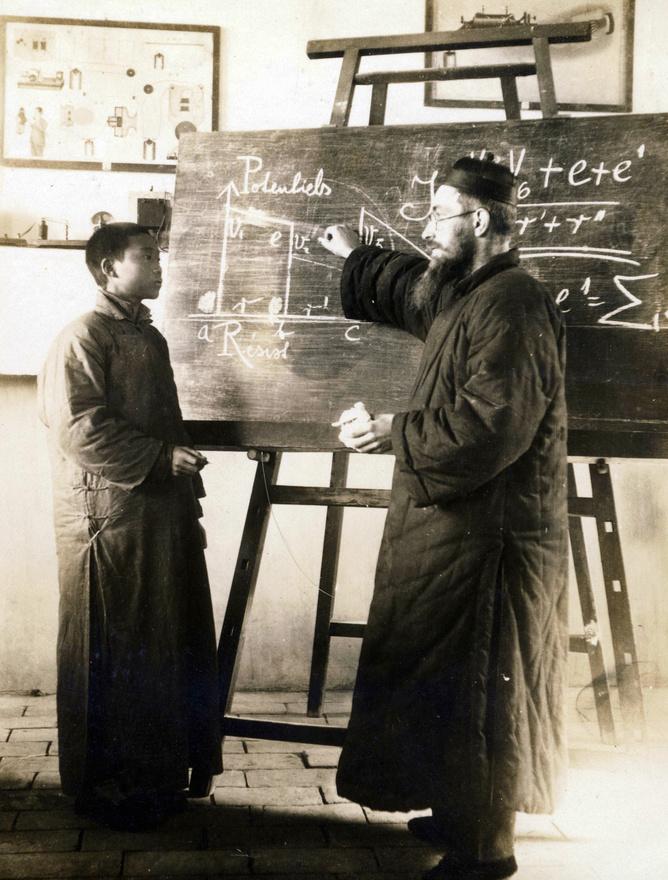 Az egyház a tanítást tartotta az egyik legjobb eszköznek a hitterjesztésre. A tantervben a kínai szabályok szerint nem szerepelhetett a hitoktatás, így az a rendes tanítási időn kívül, külön erre emelt épületekben folyt délutánonként.