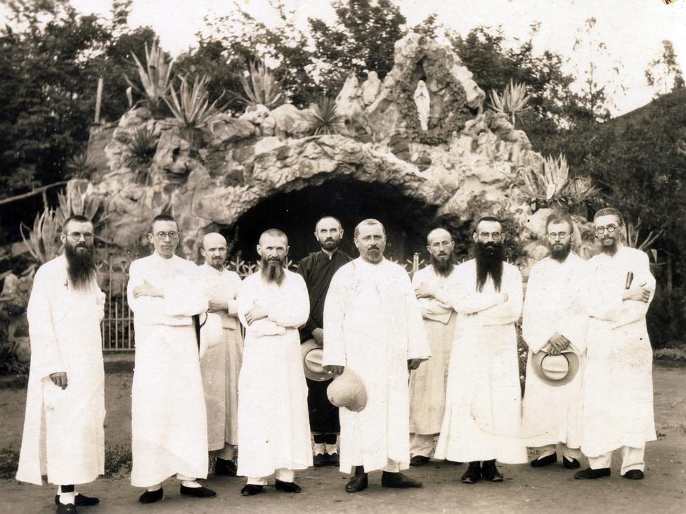A többi magyar jezsuita körében középen kalappal a kezében Szarvas Miklós, a támingi magyar misszió vezetője. 1946-ban a kínai kommunisták elfogták és megkínozták, de hívei segítségével végül sikerült elhagynia Kínát és hazatért Magyarországra. 1950-ben aztán a magyar kommunisták is internálták, végül 1952-ben a pannonhalmi papi szociális otthonba vonult vissza. A közel három évtizedes kínai jelenlét alatt negyven magyar jezsuita tevékenykedett a misszióban. Közülük egyedül Szarvas tért haza, társai többségükben a Távol-Keleten vagy Észak-Amerikában telepedtek le a Kínából való száműzetést követően. Ma már egyikük sem él, utolsóként Maron József halt meg 2009-ben, 98 éves korában, Tajvanon.