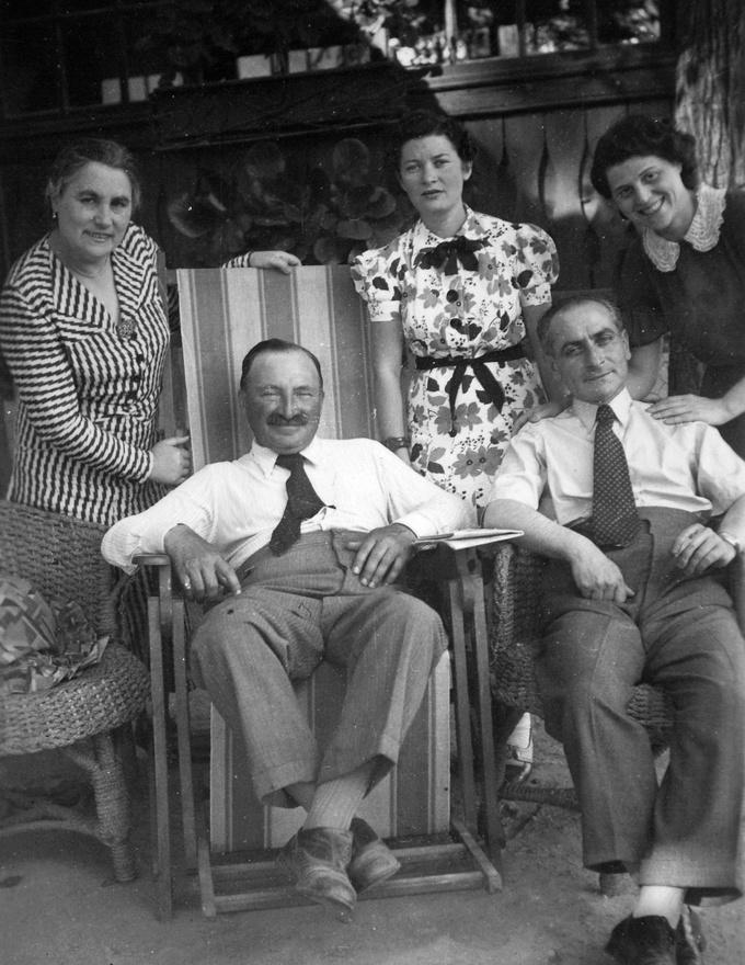 """1944 novemberében már minden bizonnyal egy Szent István parki csillagos házban laktak. Acsillagos házakból naponta vittek el embereket és dr. Rothmann (a képen jobb oldalon) egyvolt a nagyjából 50 000 munkaszolgálatos közül, akiket gyalogmenetben hajtottakBudapestről Nyugat felé, különböző ausztriai, csehországi és németországi hadiüzemekbevagy megsemmisítő táborokba.1944. november 15-én még hírt adott magáról ezekkel a ceruzával gyorsan papírra vetettsorokkal: """"Édeseim! Ma dől el a sors. Azt hiszem, a passzus semmit sem ér, és így abizonytalan jövőbe indulunk innen Mosonmagyaróvárról. Mindig rátok fogok gondolni! Ez azegyetlen, ami életben tart. Imádlak benneteket és mindig kérni fogom a jó Istent, segítsenmeg benneteket. Millió csók, Artur""""Az első világháborús kitűntetés vagy bármely más menlevél, Schuztpass, felmentést igazolóokmány már nem segíthetett a halálmenetben gyaloglókon. Dr. Rothmann Artúr sohasemtért vissza."""