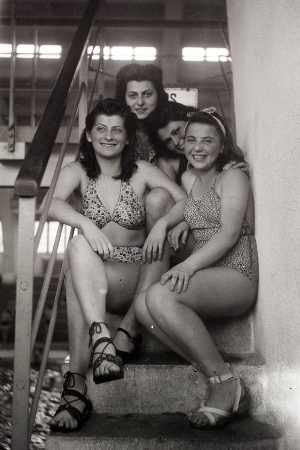 """A harmincas évek végén Kati mosolya még a régi. 1939-ben, a háború kitörésekor 15 éves.1941-ben, amikor dr. Rothmannt először viszik munkaszolgálatra, 17. A doktor ekkor mégvisszatért és újból rendelt a Teréz körúton, ahogy már 20 éve. A fotók szerint az életükkülsőleg még jó ideig alig változott.Aztán 1944 márciusában a német megszállással végérvényesen megpecsételődött abudapesti zsidóság sorsa is. Júniusban a főpolgármester kijelölte a zsidók által lakhatóépületeket, a Teréz körút 18. nem lett """"zsidó ház"""", így Rothmannéknak költözniük kellett.Egon Philip visszaemlékezése szerint Kati a színiiskolából apácaruhákat szerzett és abbanjártak ki anyjával a lakásból – sárga csillag helyett."""