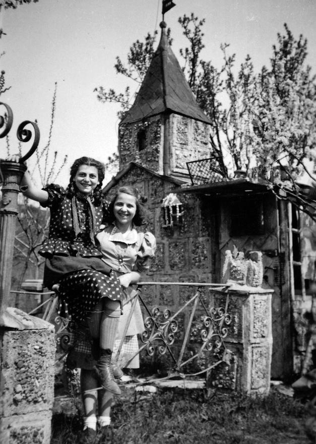 A fiatalkori fotókra csupán egy pillantást vetve is nyilvánvaló, hogy Kati álma a színpad volt.Itt a fiatal Judy Garlandra hasonlít. A hatást fokozza a szürreális kerti kastély a háttérben,valószínűleg egy borsodszemerei nagybácsi birtokán.