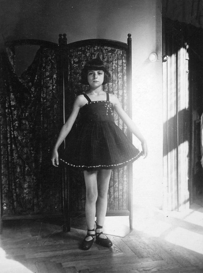 Rothmann Katalin 1924-ben született Budapesten, szülei ekkor már több éve a Teréz körút18-ban laktak. Kati a pesti, jómódú, középosztálybeli lányok életét élte, anyjának ambíciólehettek vele kapcsolatban: alig egy évesen babaszépségversenyen indította, majd 4-5 éveskorától balettiskolába járt.